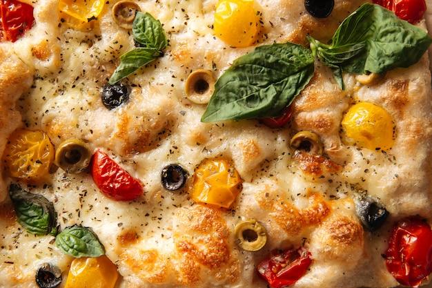 Pão de focaccia com tomate e azeitonas