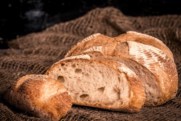 Pão de forma na serapilheira, closeup de comida.