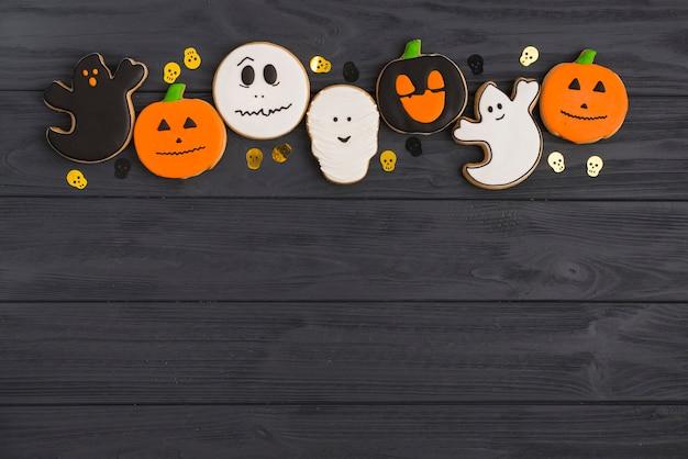 Pão de gengibre de halloween e crânios de decoração dispostas no andar de cima
