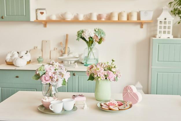 Pão de gengibre para 8 de março na cozinha brilhante com flores