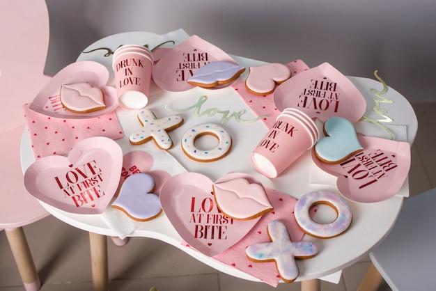 Pão de gengibre temático em forma de lábios, corações, no estilo de amantes.