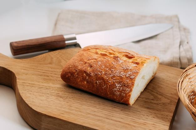 Pão de grãos sem glúten fresco com sementes