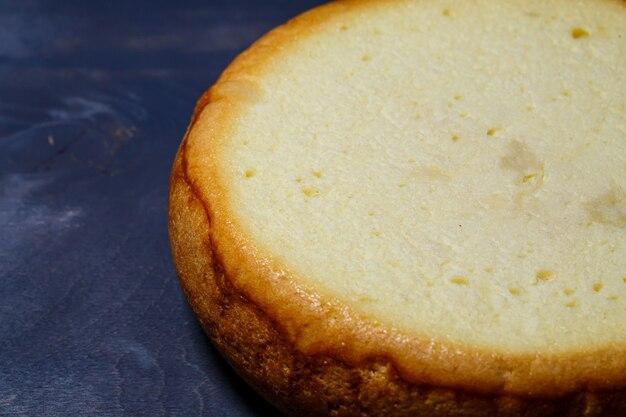 Pão de ló acabado de fazer com uma crosta castanha dourada.