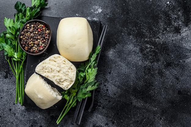 Pão de lótus chinês em pasta steam. fundo preto.