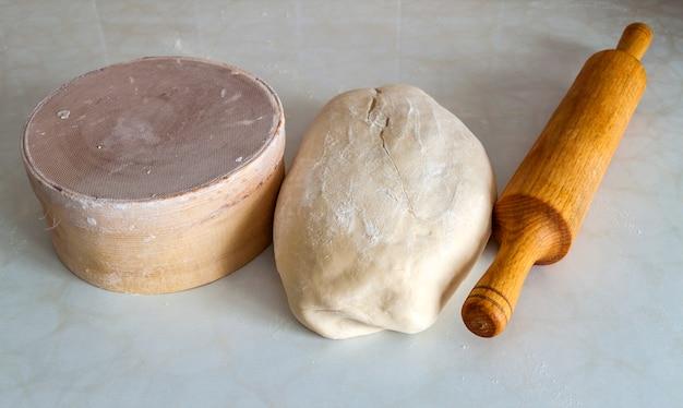 Pão de massa na mesa da cozinha.