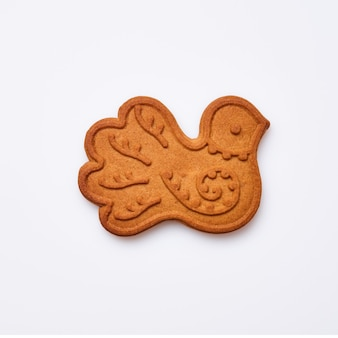 Pão de mel de ano novo ou biscoitos em forma de pomba de pássaro isolados no fundo branco. imagem quadrada. vista do topo.