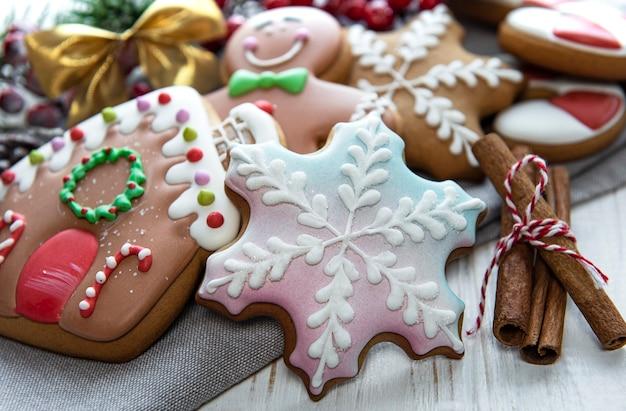 Pão de mel de natal com decorações de natal na mesa de madeira branca. fundo de feriado de natal