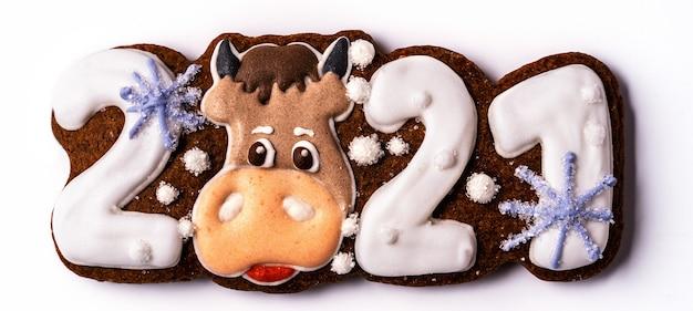 Pão de mel de natal em forma de touro no fundo branco, plano leigo.