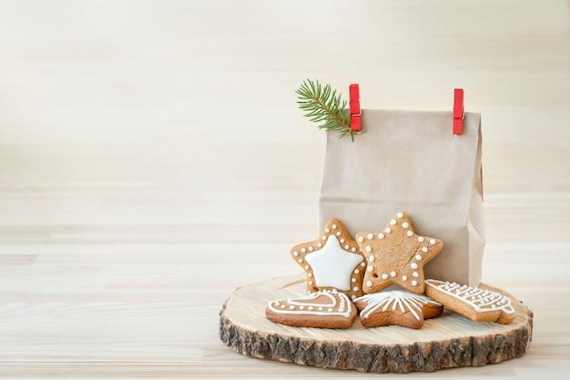 Pão de mel de natal embrulhado em fundo de madeira