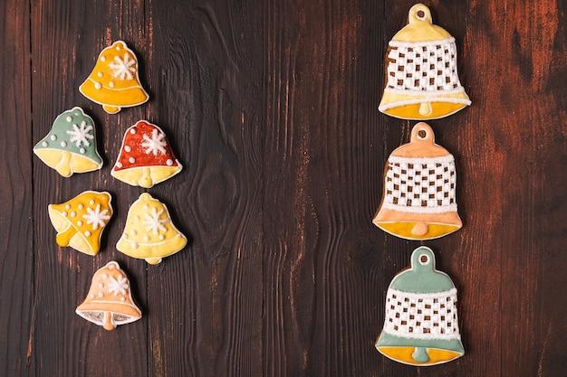 Pão de mel festivo de natal e ano novo, plano leigo, sobre fundo marrom de madeira.