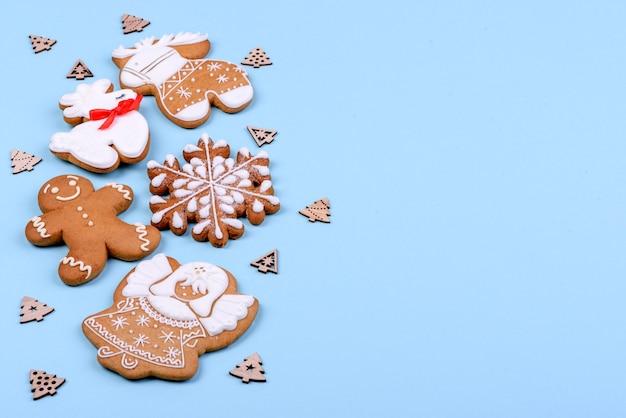 Pão de mel festivo de natal feito em casa em um fundo de cor