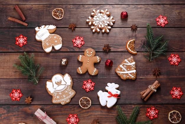 Pão de mel festivo de natal feito em casa em uma mesa escura