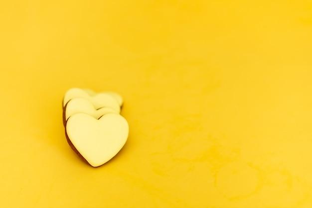 Pão de mel na forma de corações em um fundo amarelo