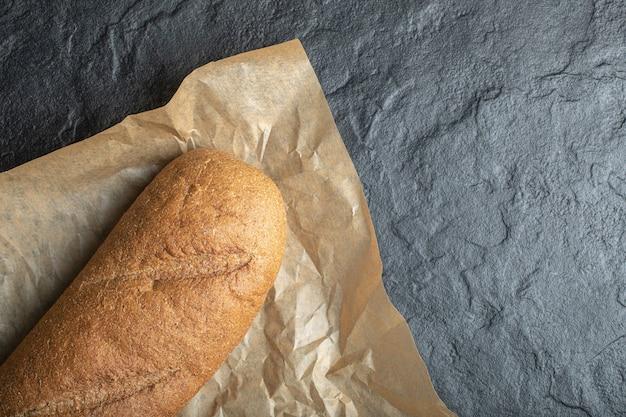 Pão de naco de baton britânico em fundo de papel.