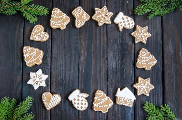 Pão de natal de diferentes tipos em um fundo de madeira preto e branco