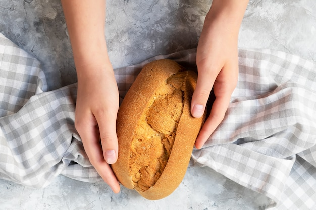 Pão de pão caseiro grãos em uma parede de luz cinza