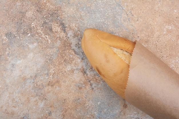 Pão de pão de trigo em superfície de mármore
