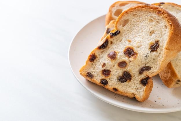 Pão de passas com xícara de café no café da manhã