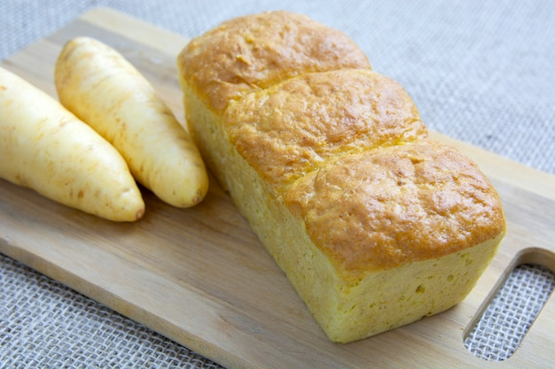 Pão de pastinaga com ingredientes