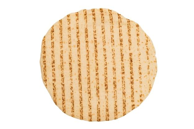 Pão de pitta grelhado isolado no fundo branco. vista do topo.