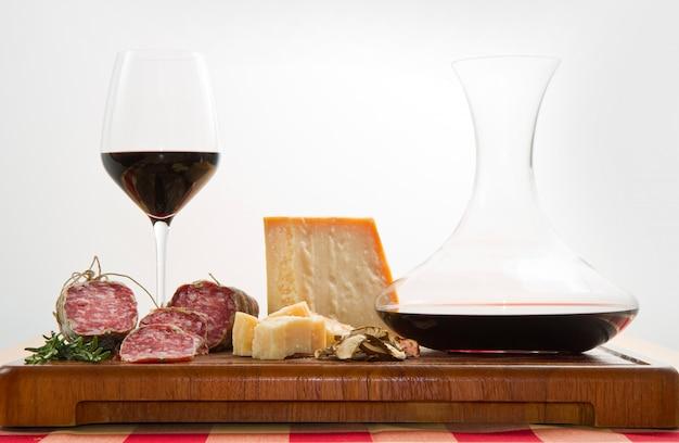 Pão de queijo parmesão salame e vinho