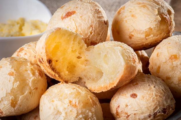 Pão de queijo típico brasileiro. foto de close-up de um pão de queijo cortado ao meio.