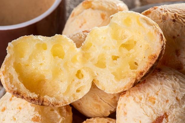 Pão de queijo típico brasileiro na tigela