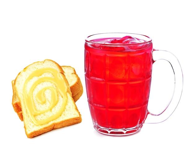 Pão de refrigerante vermelho polvilhado com leite no fundo branco