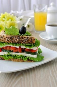 Pão de sanduíche com cereais, queijo, tomate e pepino