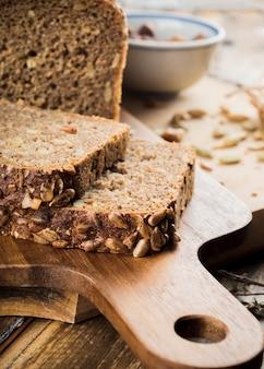 Pão de sementes de girassol caseiro na tábua de cortar
