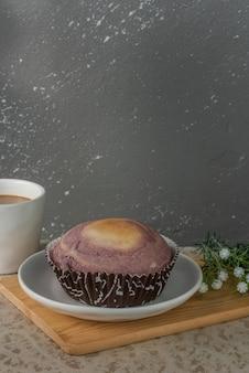 Pão de taro com recheio de taro servido com café