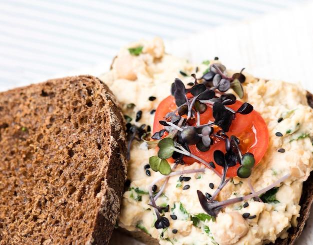Pão de torrada close-up com legumes macarrão e tomate