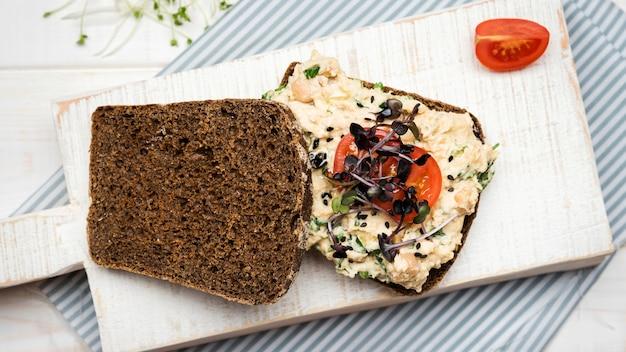 Pão de torrada vista superior com legumes massas e tomates