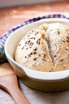 Pão de trigo com sementes de girassol assadas na massa de fermento