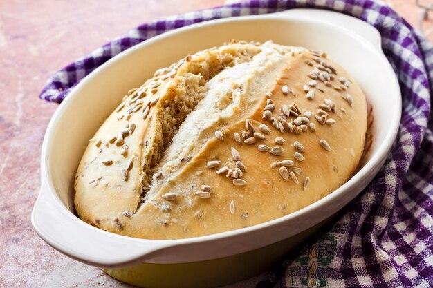 Pão de trigo com sementes de girassol cozidas em fermento