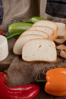 Pão de trigo em fatias finas com pimentão colorido