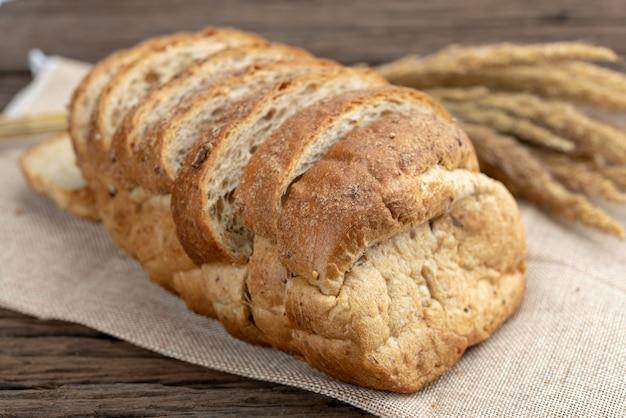 Pão de trigo integral caseiro fresco