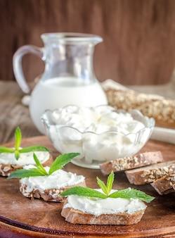 Pão de trigo integral com cream cheese