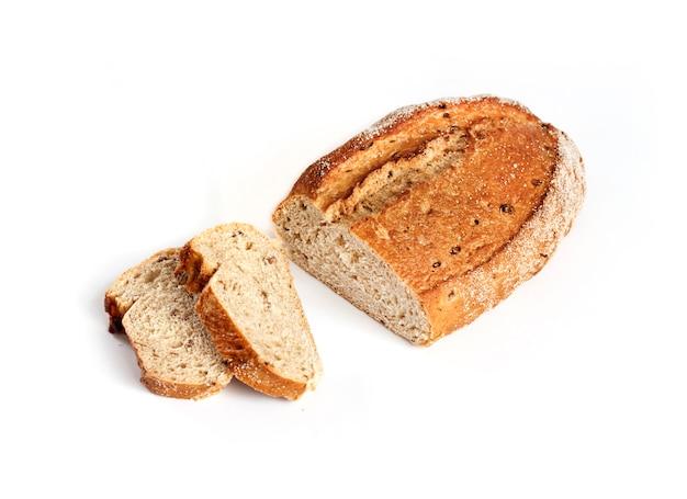 Pão de trigo integral com fatias isoladas