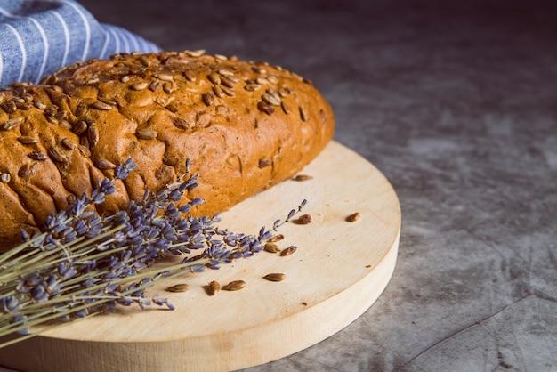 Pão de trigo integral na placa de corte