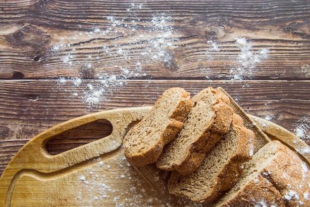 Pão de trigo integral na vista superior de mesa de madeira