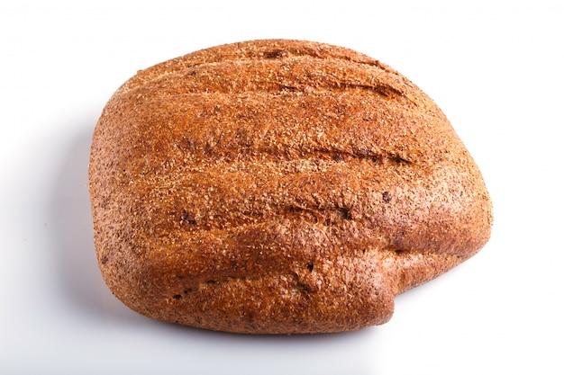 Pão de trigo sarraceno isolado no branco