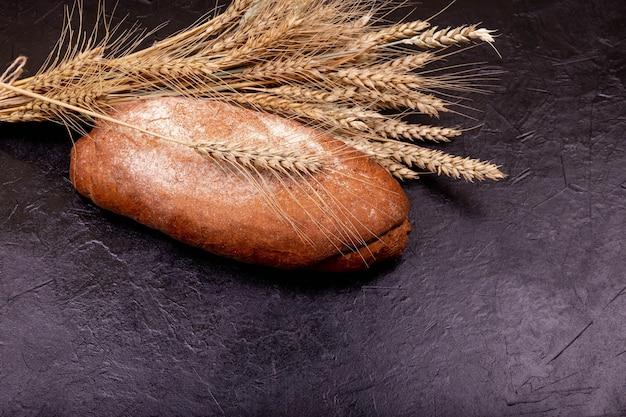 Pão de trigo sarraceno na superfície preta pão caseiro recém-assado