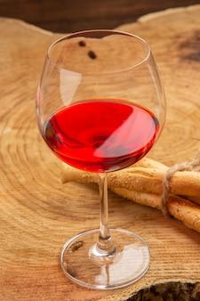 Pão de vidro de vinho em balão com vista inferior na superfície de madeira