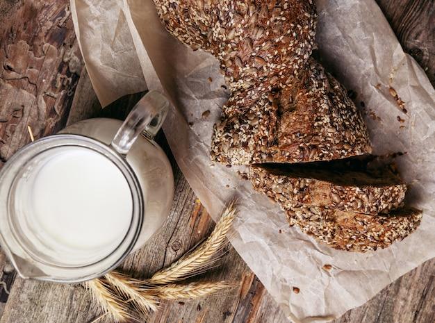 Pão delicioso com jarra de leite
