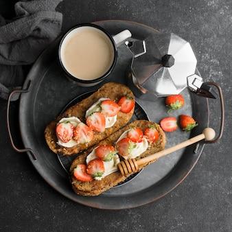 Pão delicioso com morango e mel