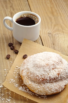 Pão delicioso e café na mesa de madeira