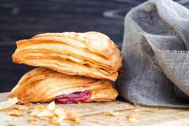 Pão delicioso e fresco com frutas vermelhas cereja, produtos para um lanche rápido