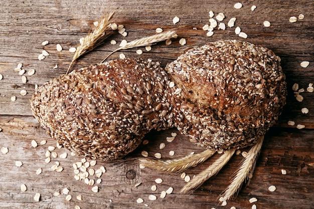 Pão delicioso na placa de madeira