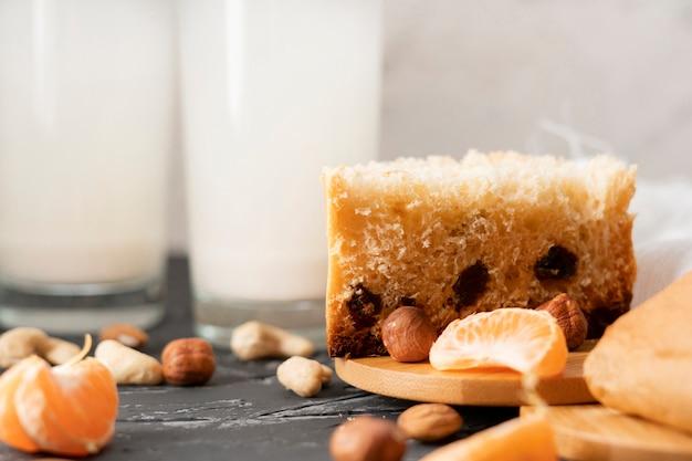 Pão dietético leve e saudável feito com nozes naturais e frutas secas